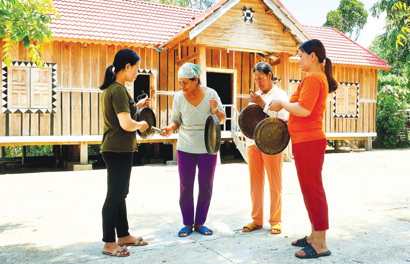 Sau những giờ lên nương, đội chiêng nữ làng Leng lại tập trung về nhà rông của làng để tập đánh chiêng