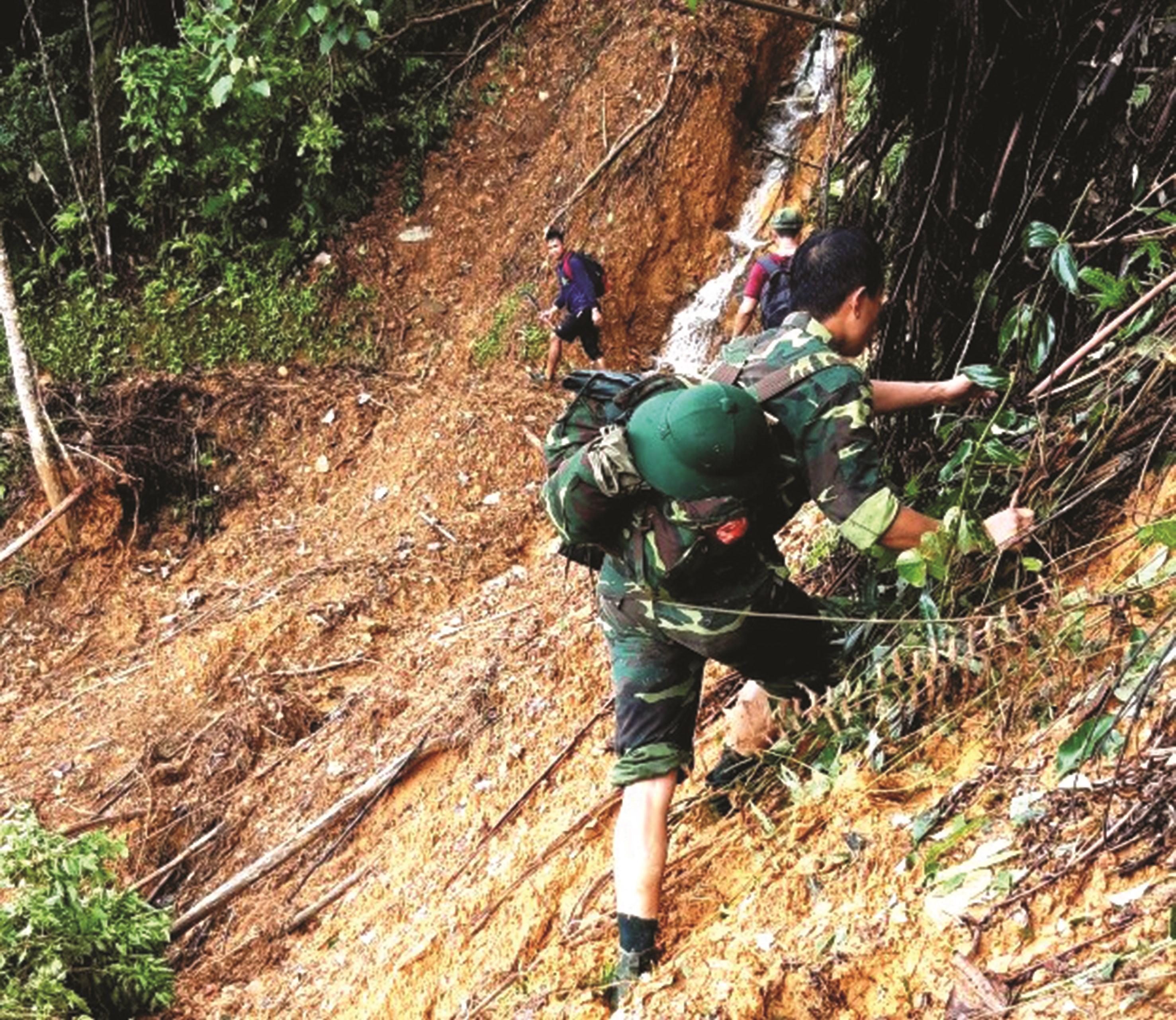Các chiến sĩ hành quân men theo hơn 10km đường rừng đến với làng Aur.