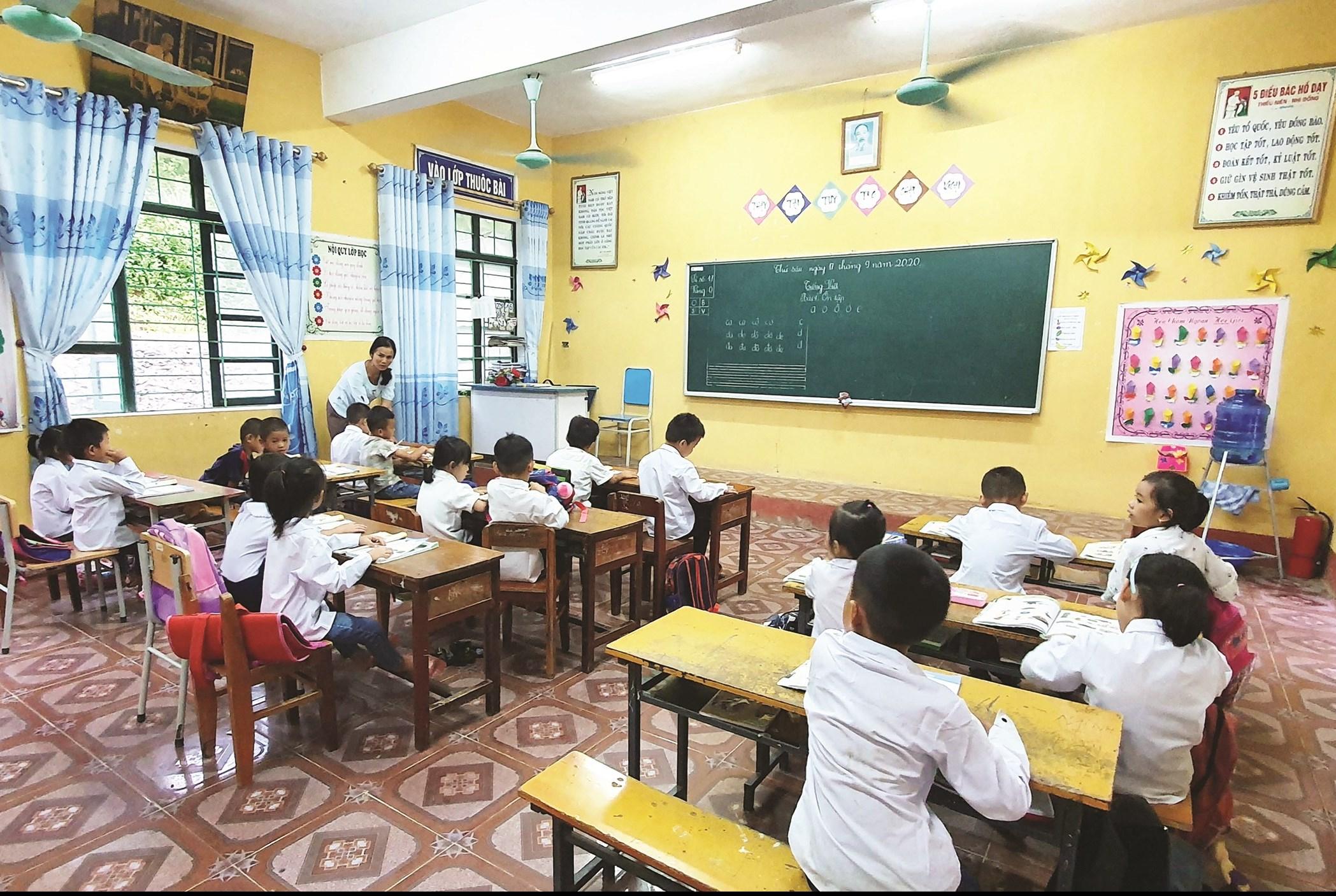 Thiếu đồ dùng học tập cho trẻ lớp 1 diễn ra phổ biến ở miền núi Thanh Hóa. (Trong ảnh: Một giờ học của HS lớp 1-Trường Tiểu học Trung Thượng, huyện Quan Sơn.)