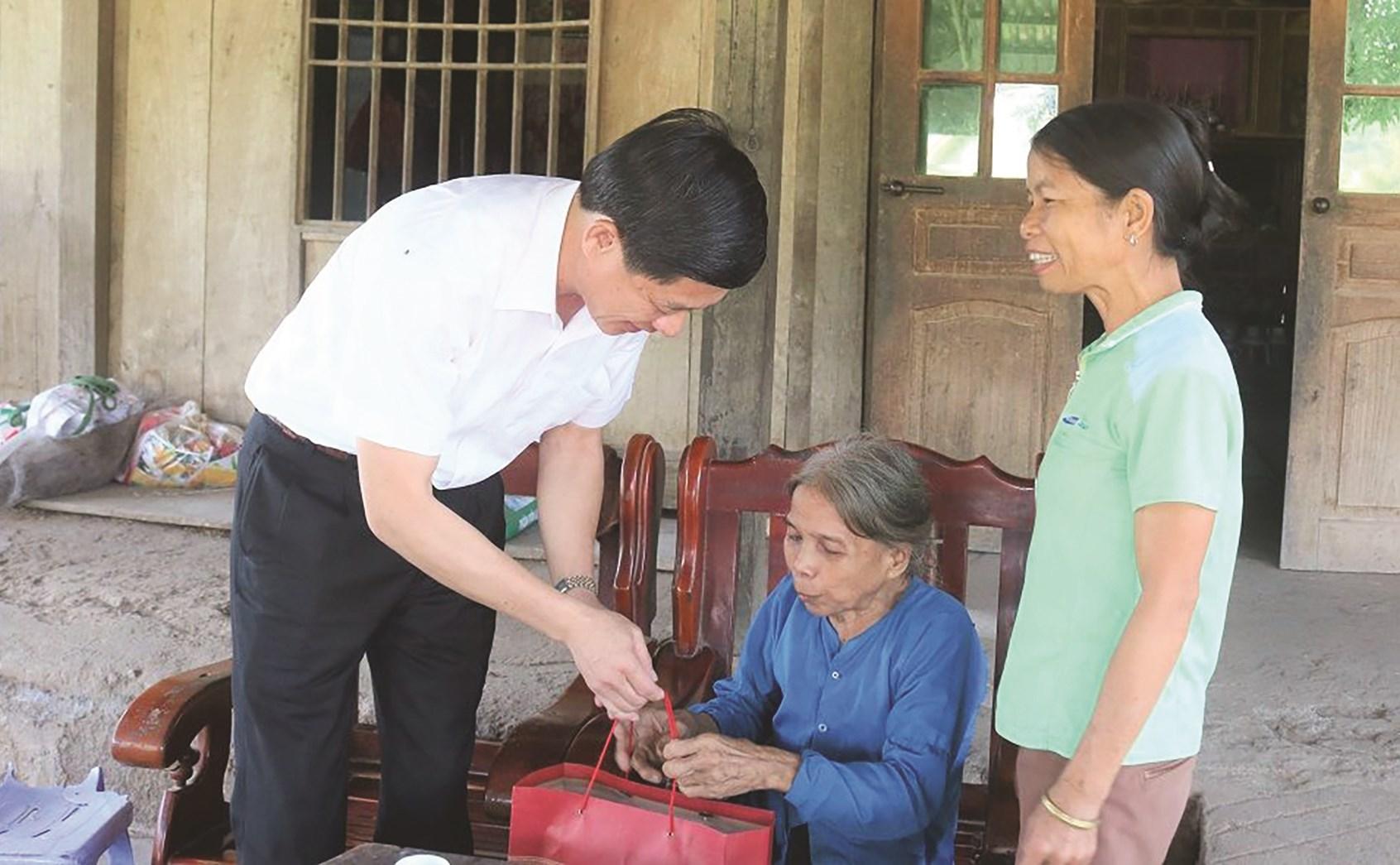 Đại diện lãnh đạo Sở LĐTB&XH tỉnh Bắc Kạn thăm hỏi người già cô đơn, không nơi nương tựa thôn Bản Chang, xã Tân Lập, huyện Chợ Đồn.