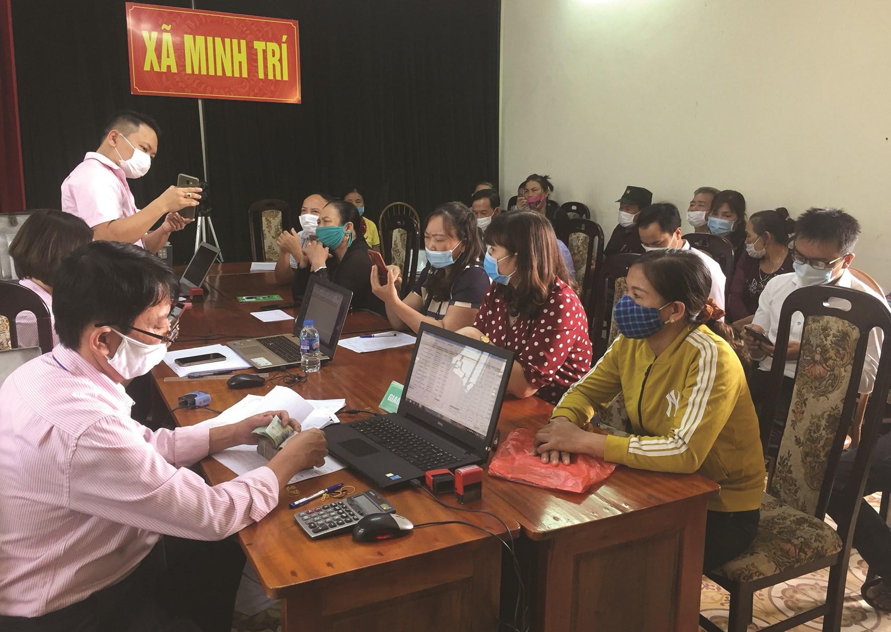 Cán bộ NHCSXH hướng dẫn cài đặt giáo dục tài chính tại các điểm giao dịch xã ở TP. Hà Nội
