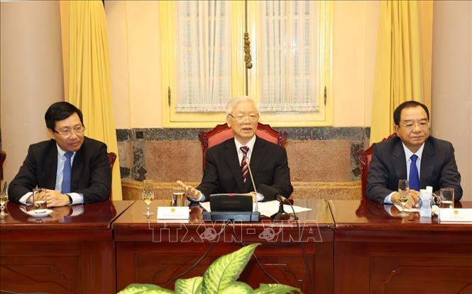 Tổng Bí thư, Chủ tịch nước Nguyễn Phú Trọng nói chuyện với các Đại sứ và Tổng Lãnh sự Việt Nam. Ảnh: Trí Dũng/TTXVN