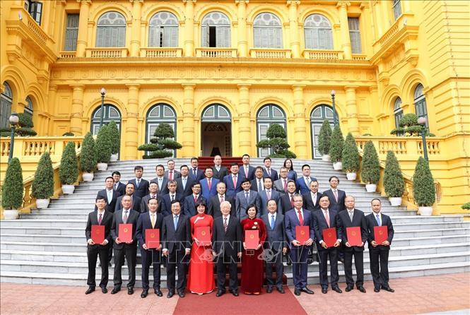 Tổng Bí thư, Chủ tịch nước Nguyễn Phú Trọng và các đại biểu chụp ảnh chung với các Đại sứ, Tổng Lãnh sự Việt Nam tại nước ngoài. Ảnh: Trí Dũng/TTXVN