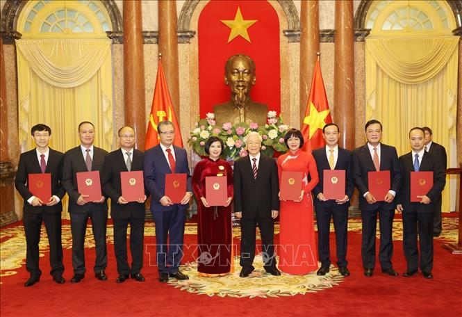 Tổng Bí thư, Chủ tịch nước Nguyễn Phú Trọng trao Quyết định cho các Đại sứ mới. Ảnh: Trí Dũng/TTXVN
