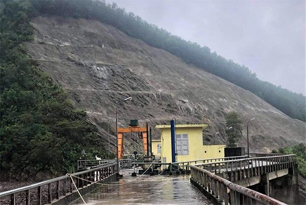 Vai phải và vai trái của đập được Nhà máy Thủy điện Hố Hô kiểm tra định kỳ hàng tháng