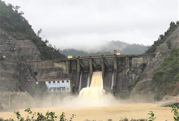 Thủy điện Hố Hô đã điều tiết nước qua tràn từ hôm 16/10, với lưu lượng 100 - 300m3/s để hạ dần mực nước trong lòng hộ