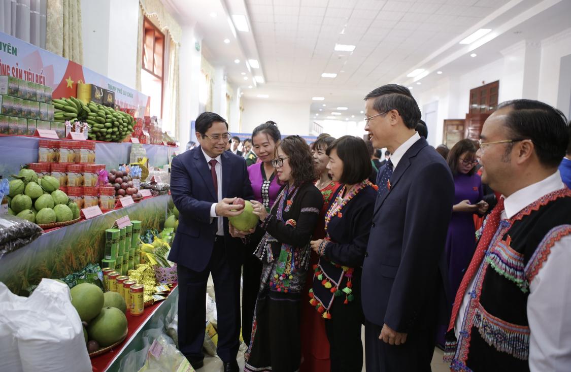 Đồng chí Phạm Minh Chính và các đại biểu thăm quan các gian hàng trưng bày tại Đại hội