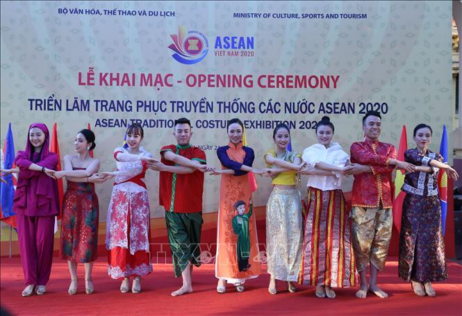 Biểu diễn với trang phục truyền thống các nước ASEAN tại triển lãm. Ảnh: Hoàng Hiếu/TTXVN