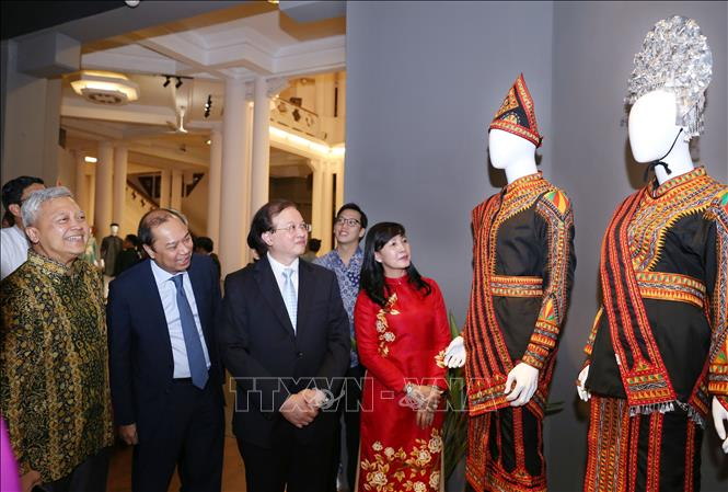 Các đại biểu tham quan triển lãm. Ảnh: Hoàng Hiếu/TTXVN