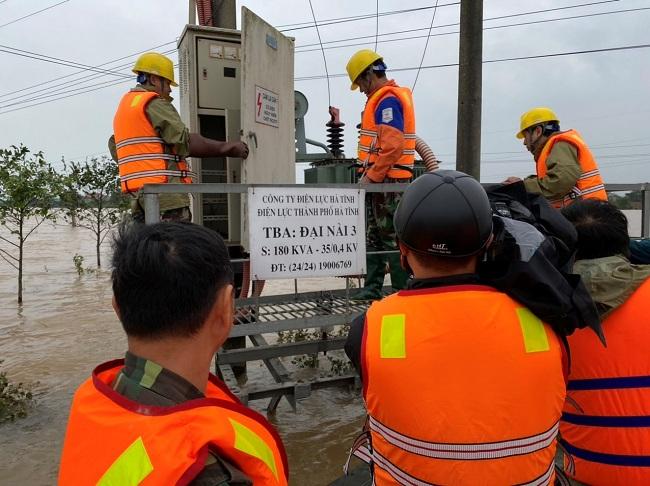 Công nhân Công ty Điện lực Hà Tĩnh nỗ lực khắc phục cấp điện cho người dân sau lũ