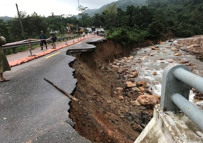 Các tuyến đường Quốc lộ trên địa bàn miền Trung bị hư hỏng, thiệt hại nặng nề