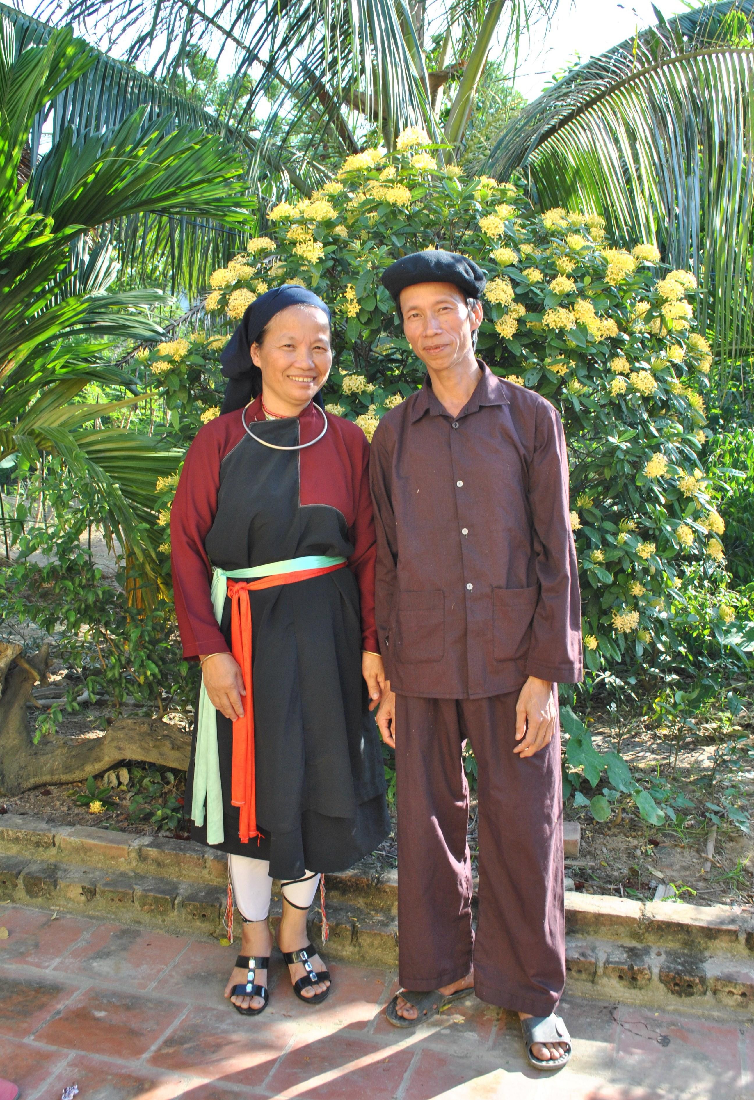 Nghệ nhân Ưu tú Hoàng Giang Lâm cùng vợ trong trang phục truyền thống dân tộc Cao Lan