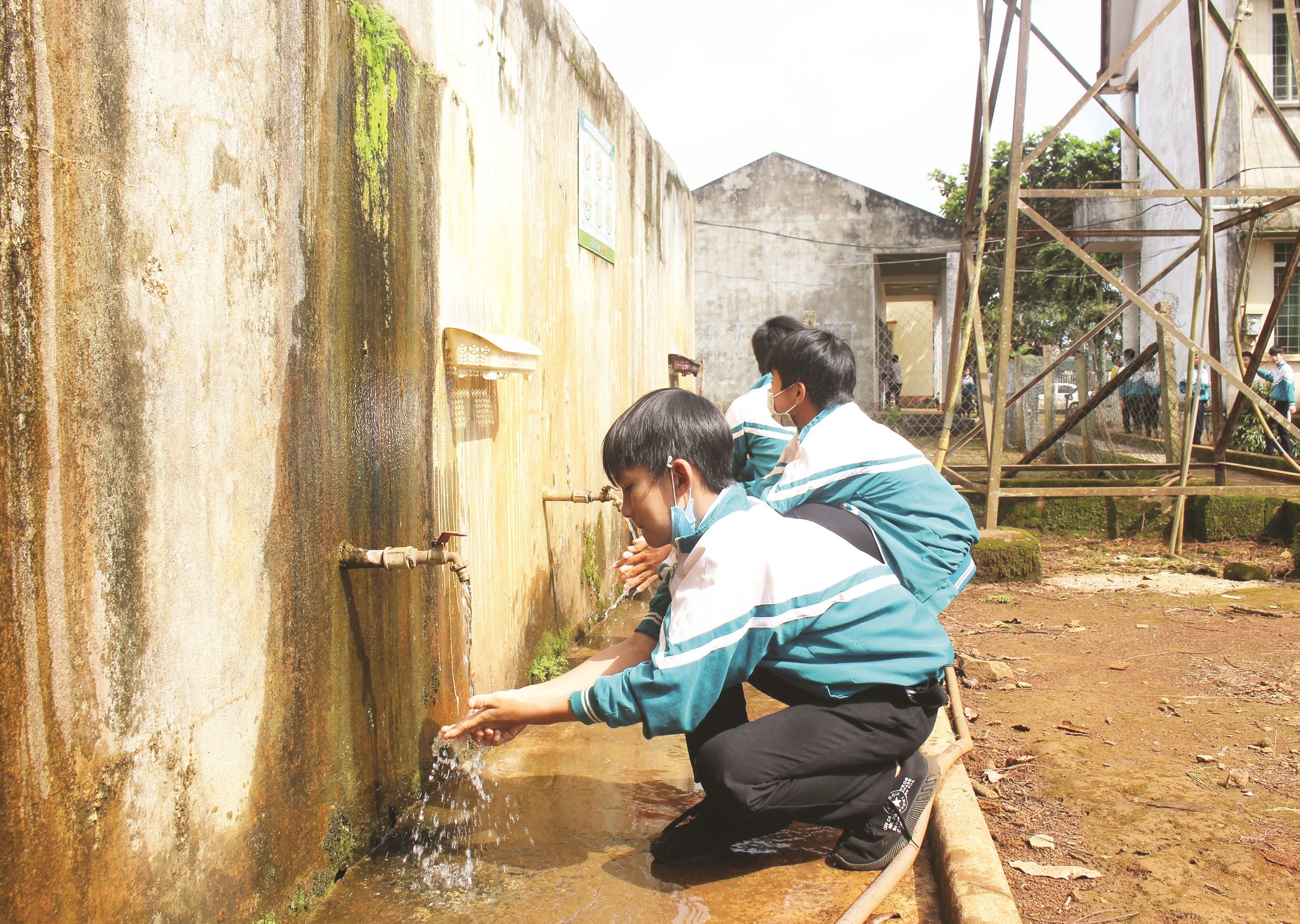 Công trình vệ sinh cũ xuống cấp tại trường học ở Đăk Nông. Ảnh minh họa