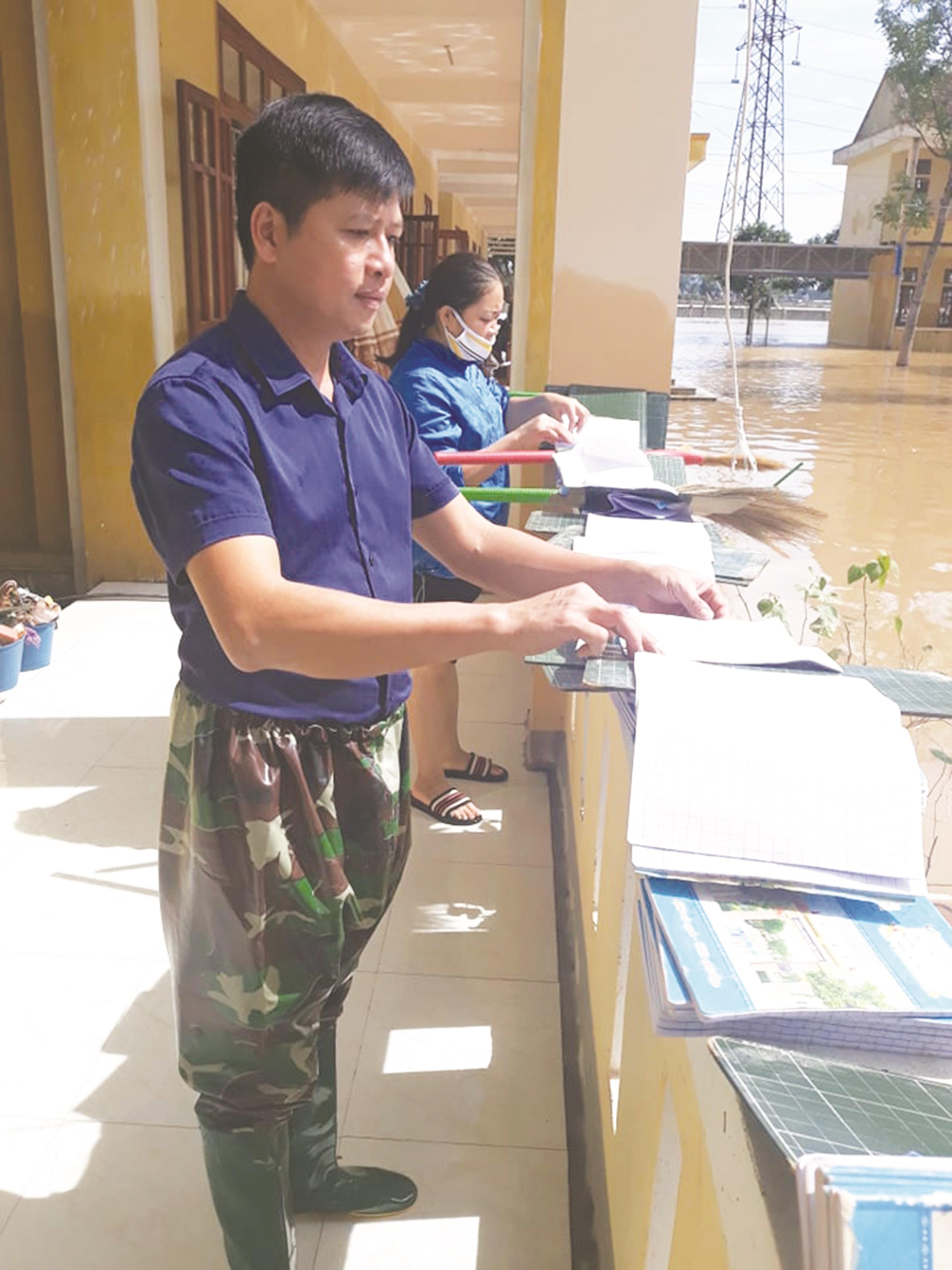 Giáo viên Trường Tiểu học Cẩm Thành xã Cẩm Thành, huyện Cẩm Xuyên (Hà Tĩnh) hối hả phơi phơi đồ dùng dạy học sau lũ