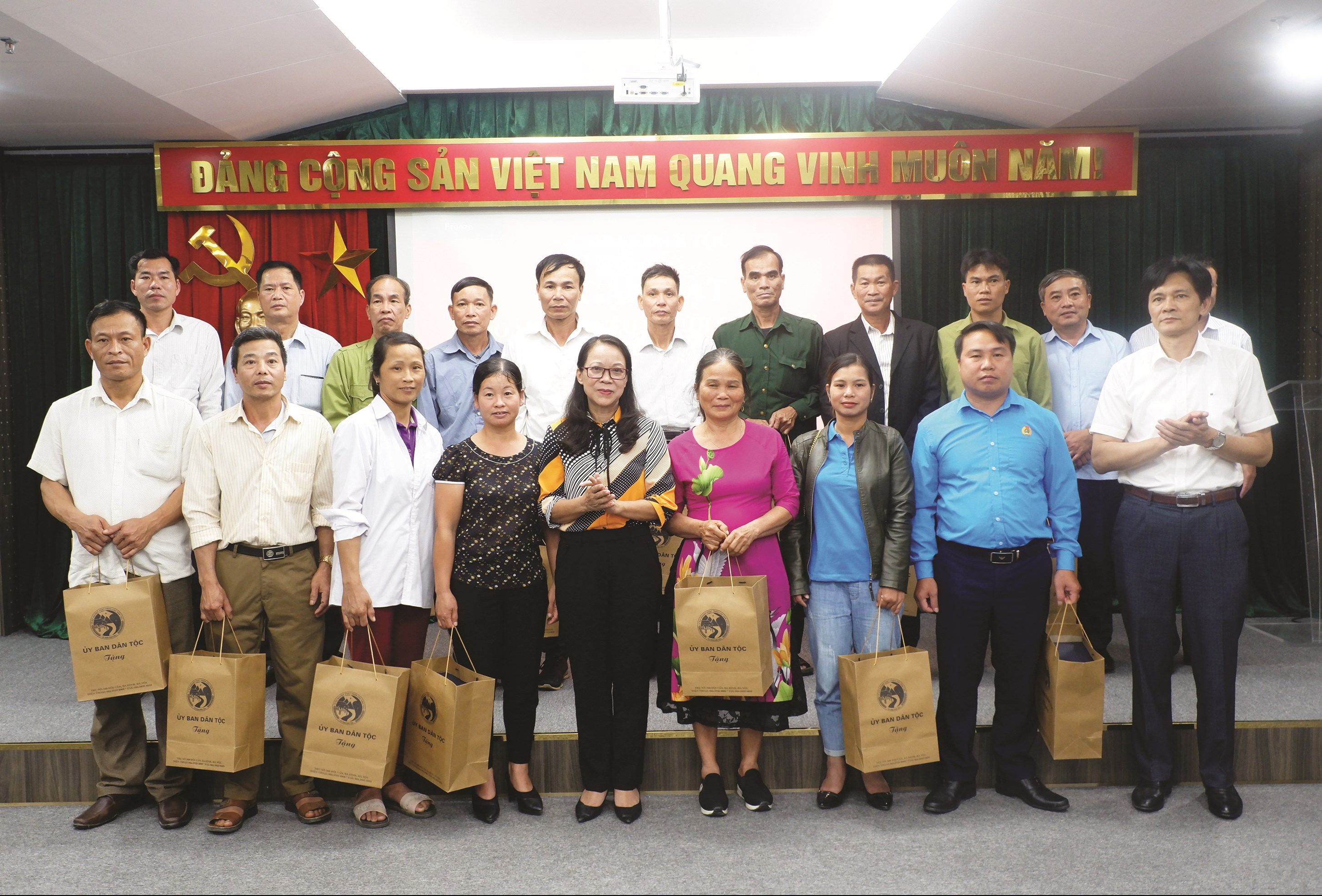 Thứ trưởng, Phó Chủ nhiệm UBDT Hoàng Thị Hạnh tặng quà của UBDT cho các đại biểu Người có uy tín tỉnh Tuyên Quang