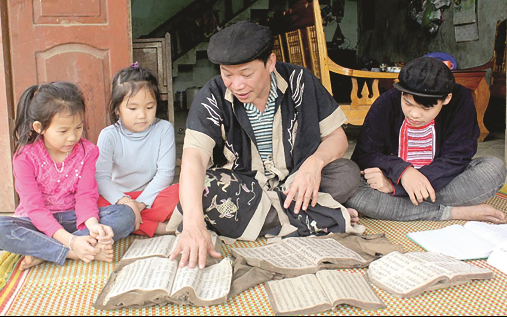 Nghệ nhân Phàn Văn Phú đang truyền dạy làn điệu dân ca páo dung cho thế hệ trẻ
