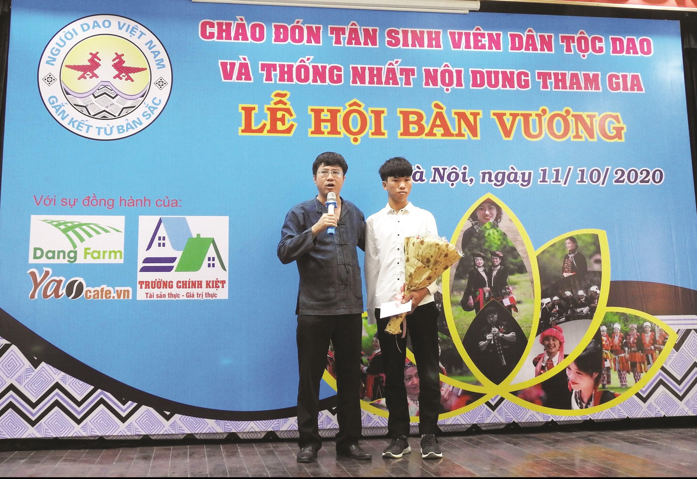 Em Lý Dào Quyên (áo trắng) trong buổi tuyên dương tân sinh viên dân tộc Dao tại Hà Nội.