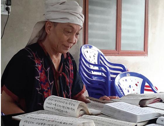 Ông Hoàng Văn Hoa đang sưu tầm các bài hát cổ của người Dao