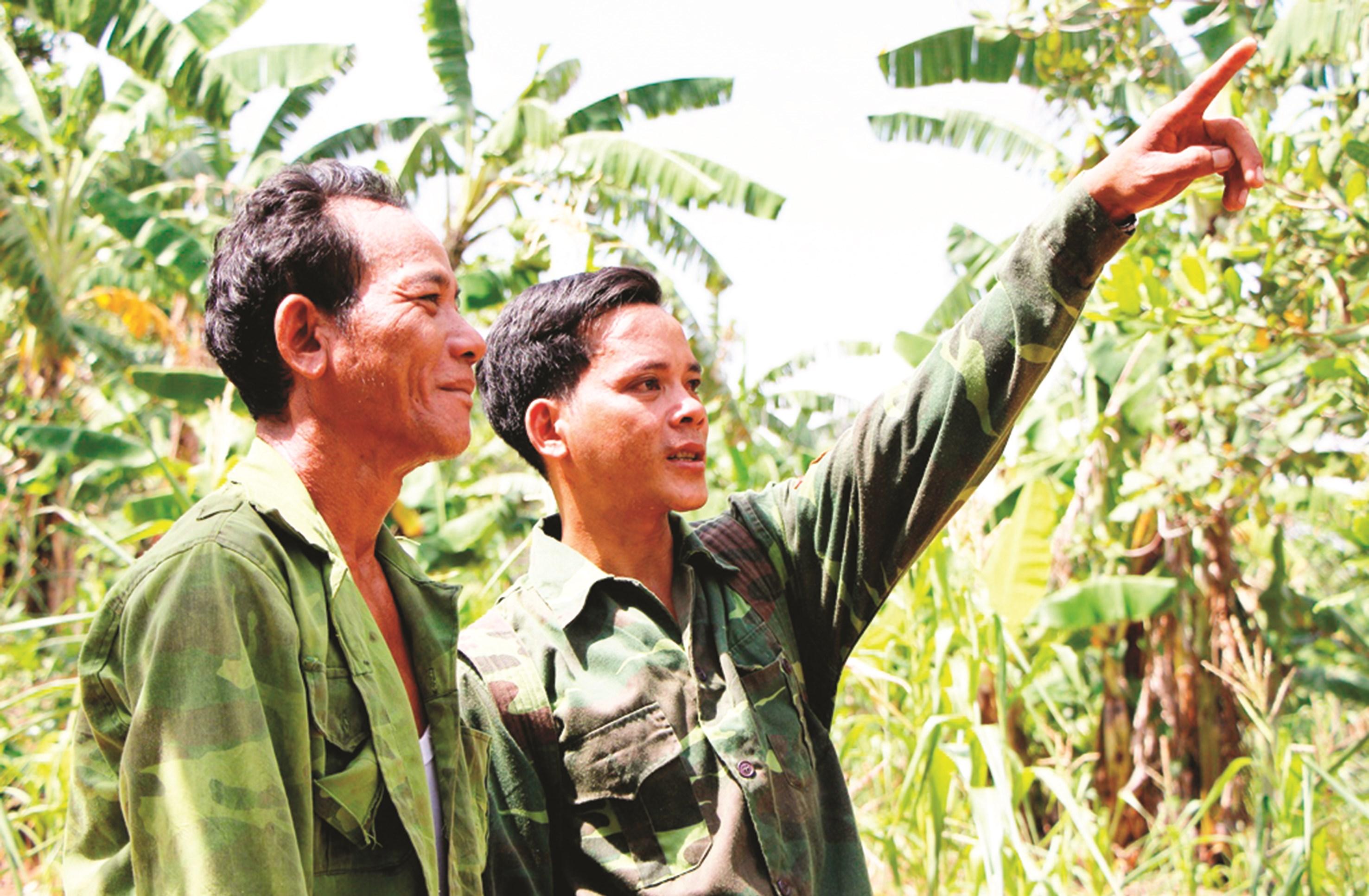 Katơr Kinh (người chỉ tay) đang triển khai phương án bảo vệ rừng tại địa phương.