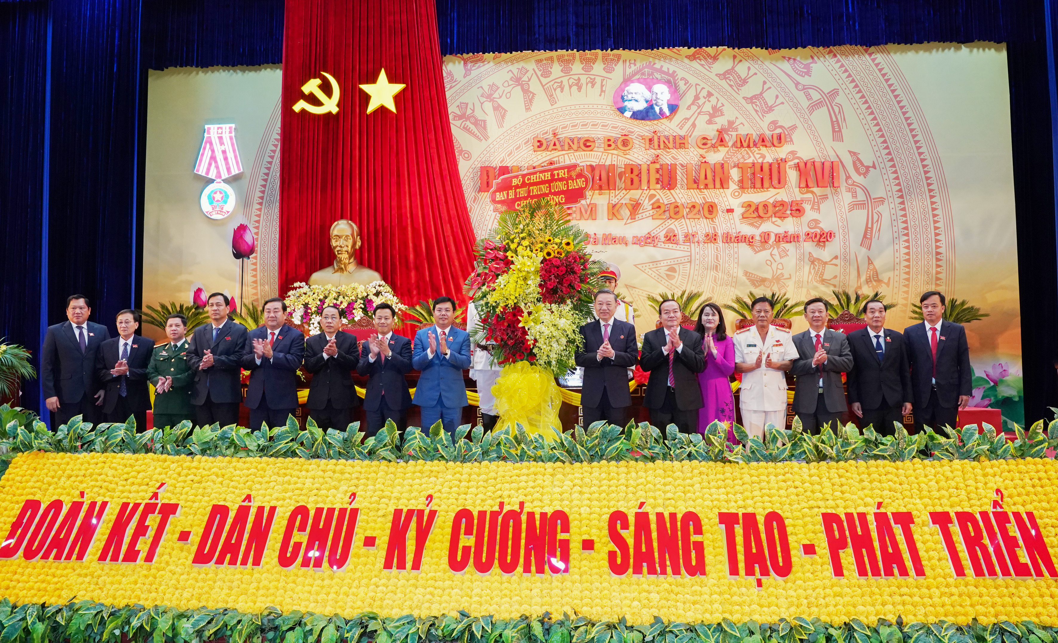 Đại tướng Tô Lâm, Bộ trưởng Bộ Công An thay mặt Bộ chính trị tặng hoa chúc mừng Đại hội