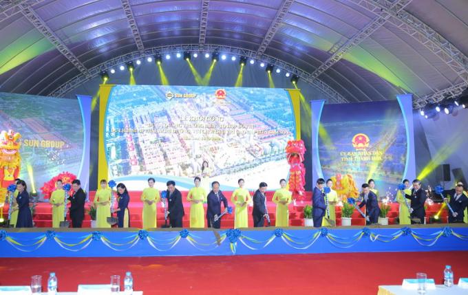 Các đồng chí lãnh đạo Trung ương và địa phương, lãnh đạo Tập đoàn Sun Goup thực hiện nghi lễ khởi công dự án