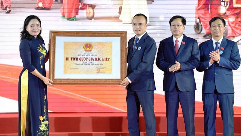 Thứ trưởng Bộ VHTT&DL Trịnh Thị Thuỷ trao Bằng xếp hạng Di tích quốc gia đặc biệt Sầm Sơn cho lãnh đạo UBND Thành phố Sầm Sơn