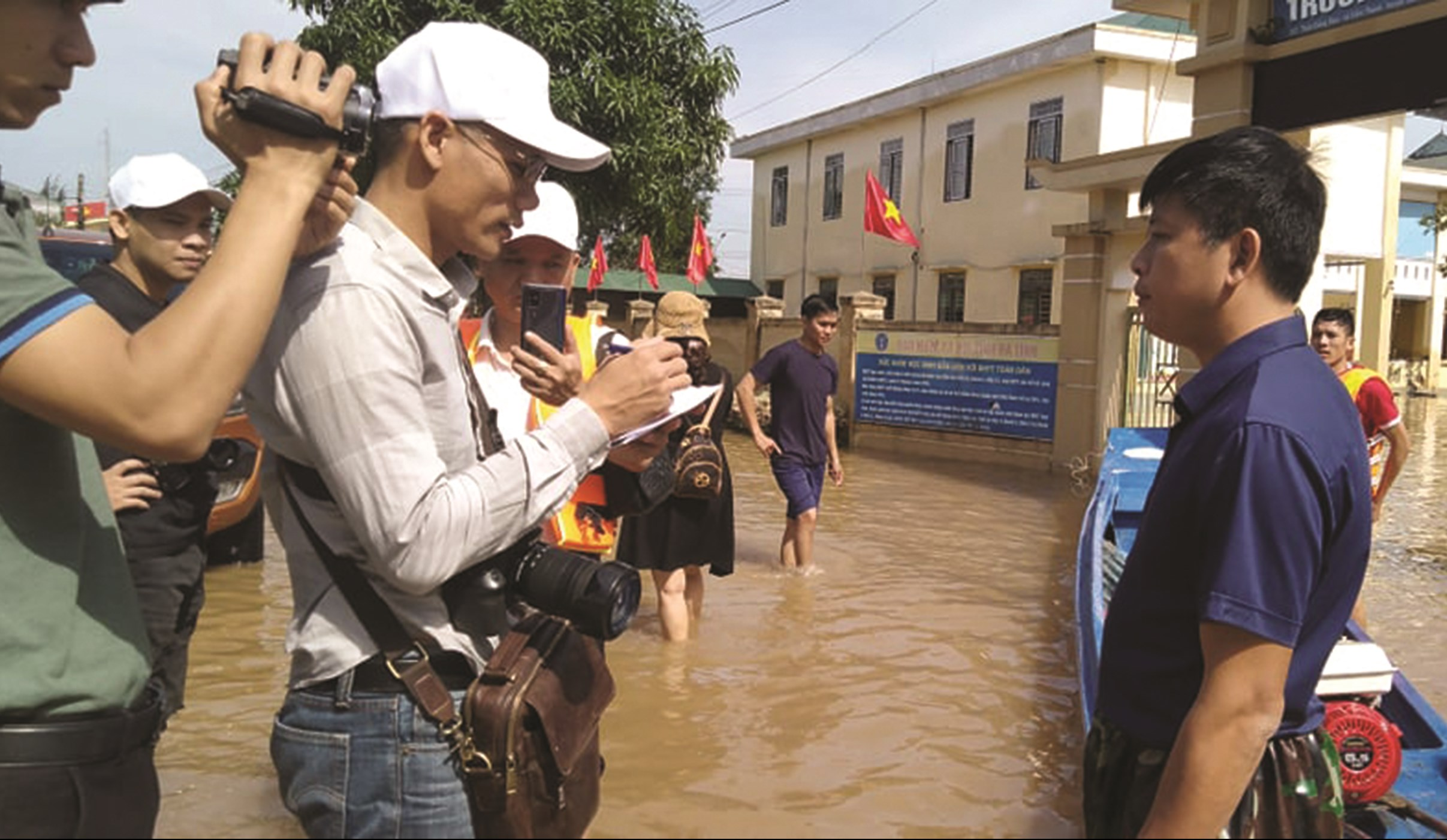 Phóng viên Báo Dân tộc và Phát triển tác nghiệp tại vùng lũ Hà Tĩnh (Tháng 10/2020)