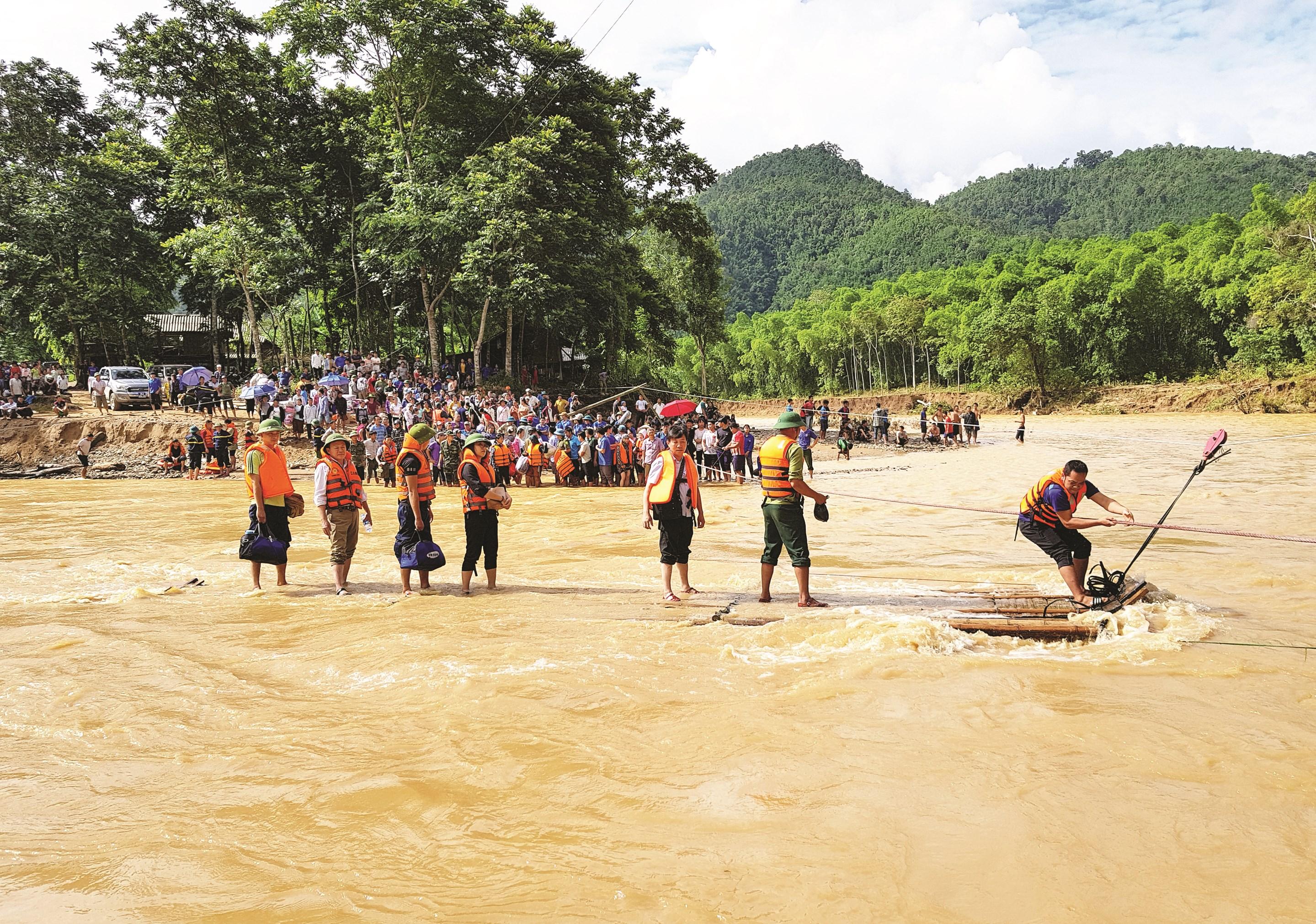 Đoàn công tác của Ủy ban Dân tộc vượt sông bằng bè mảng đến thăm bà con bản Sa Ná, huyện Quan Sơn - Thanh Hóa bị lũ lụt năm 2019 (Ảnh Phóng viên Thu Thảo tác nghiệp tại vùng lũ)