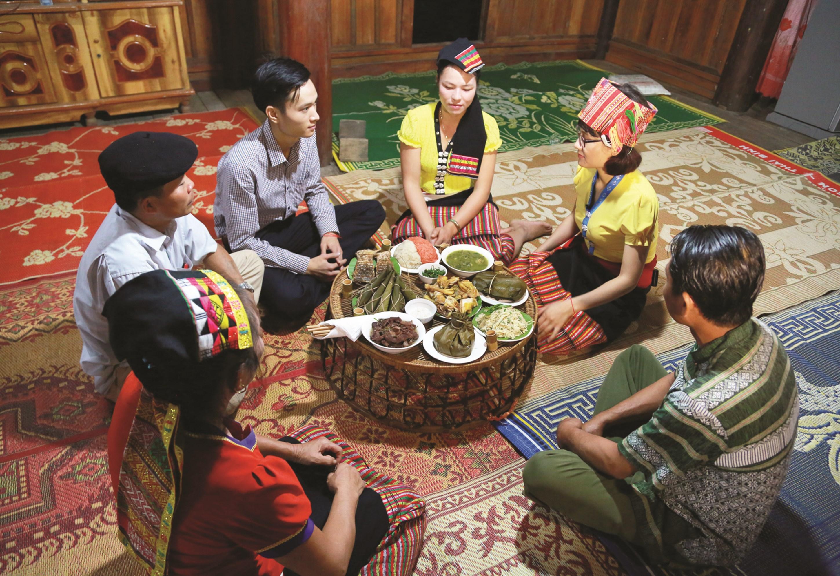 Khách du lịch trải nghiệm ẩm thực ở bản Hoa Tiến, xã Châu Tiến, huyện Quỳ Châu