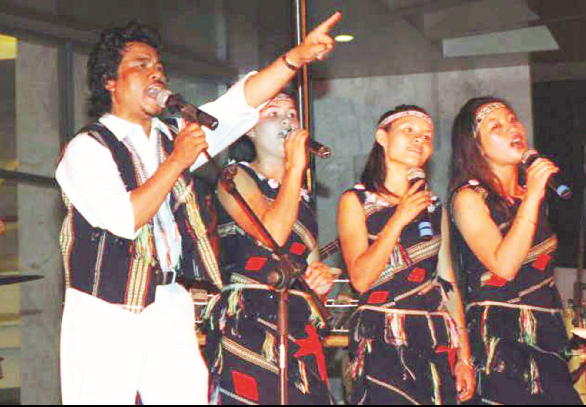 Ca sỹ Krajan Dick hát cùng các sơn nữ buôn làng.