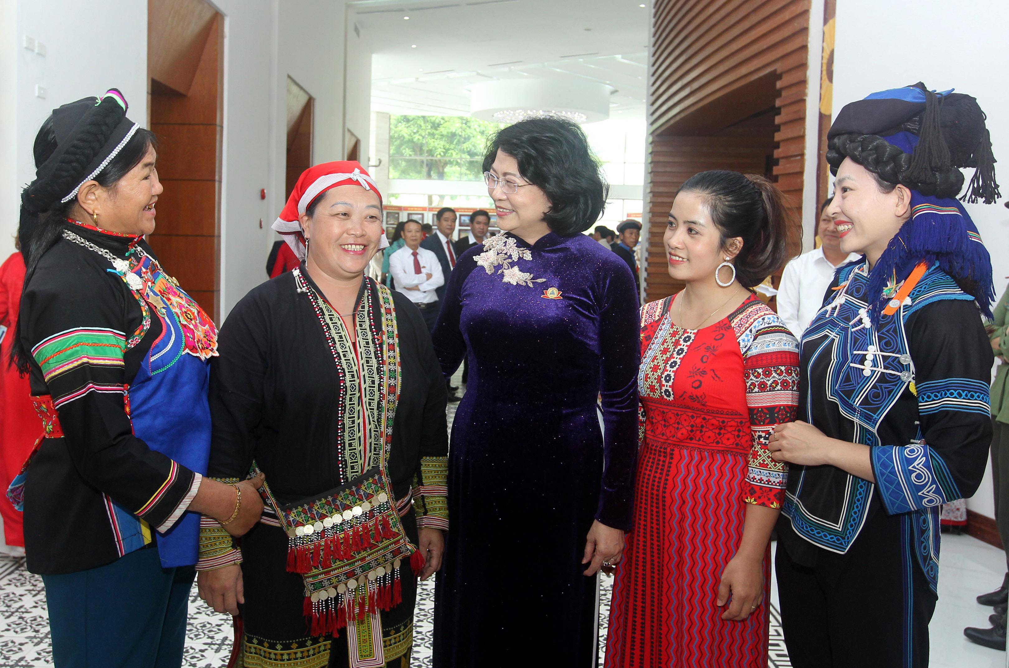 Phó Chủ tịch nước trò chuyện cùng các đại biểu về dự Đại hội