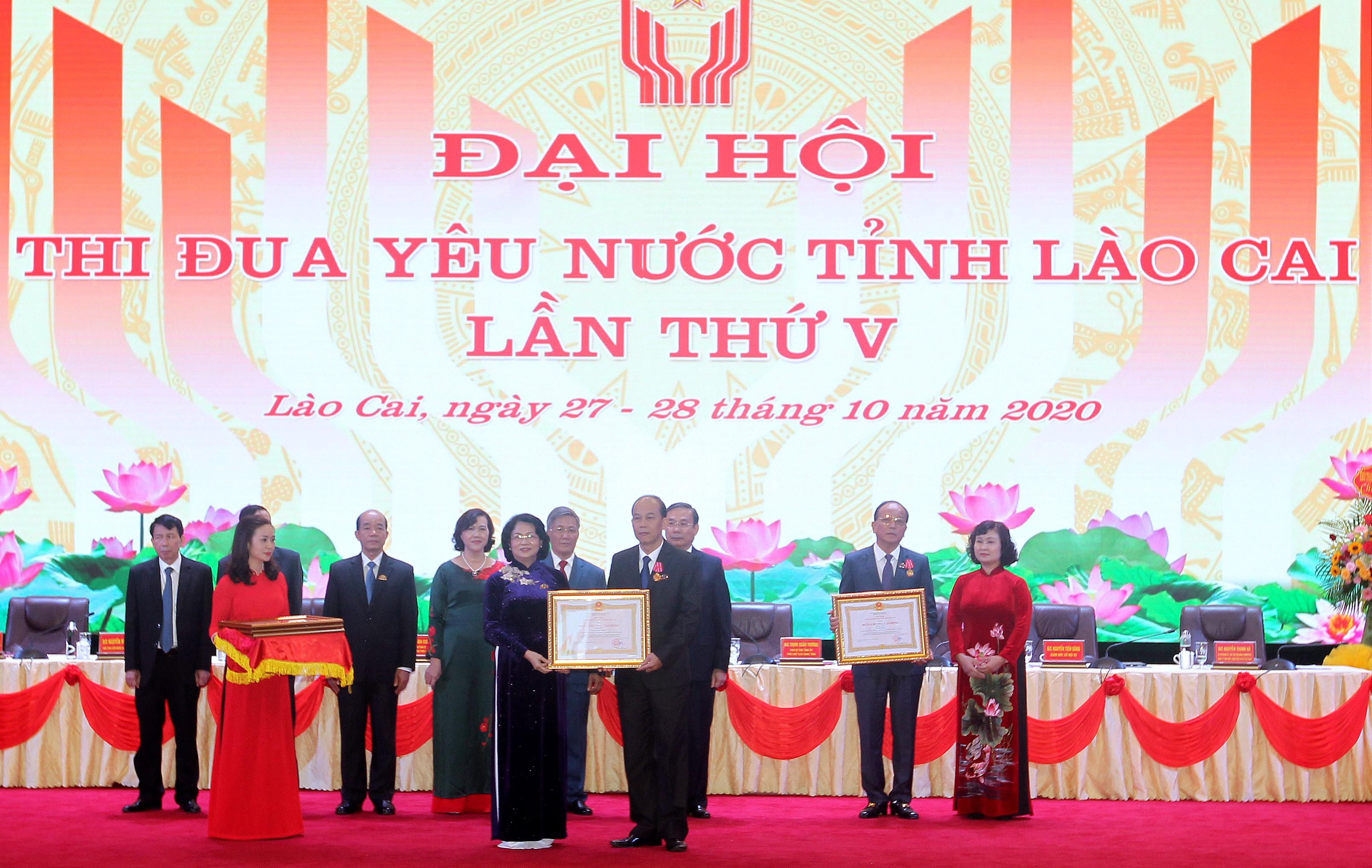 Phó Chủ tịch nước Đặng Thị Ngọc Thịnh trao tặng Huân chương Lao động cho các tập thể, cá nhân tiêu biểu