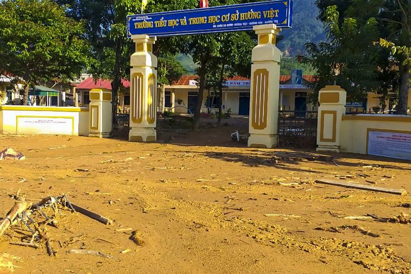 Bùn đất ngập sâu gần 1m trong khuôn viên trường Tiểu học và THCS Hướng Việt