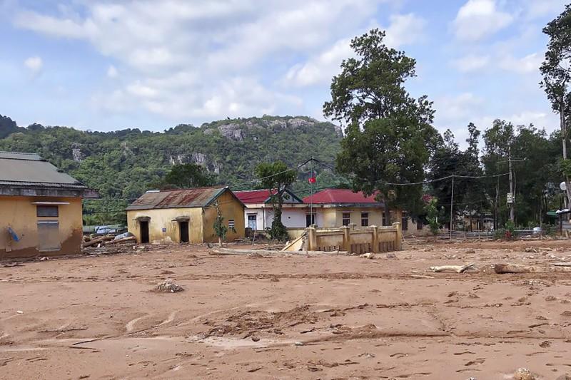 Nhiều công trình ở Hướng Việt ngập trong bùn đất