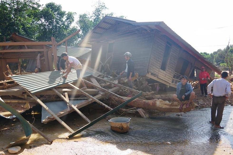 Người dân Hướng Việt đang khẩn trương khắc phục hậu quả mưa lũ