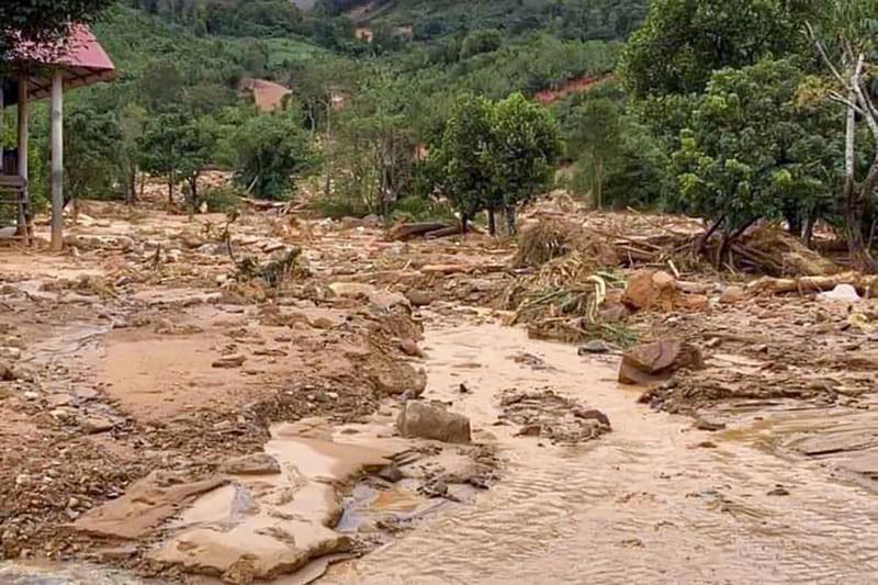 Một góc xã Hướng Việt ngập đầy bùn và cây đổ