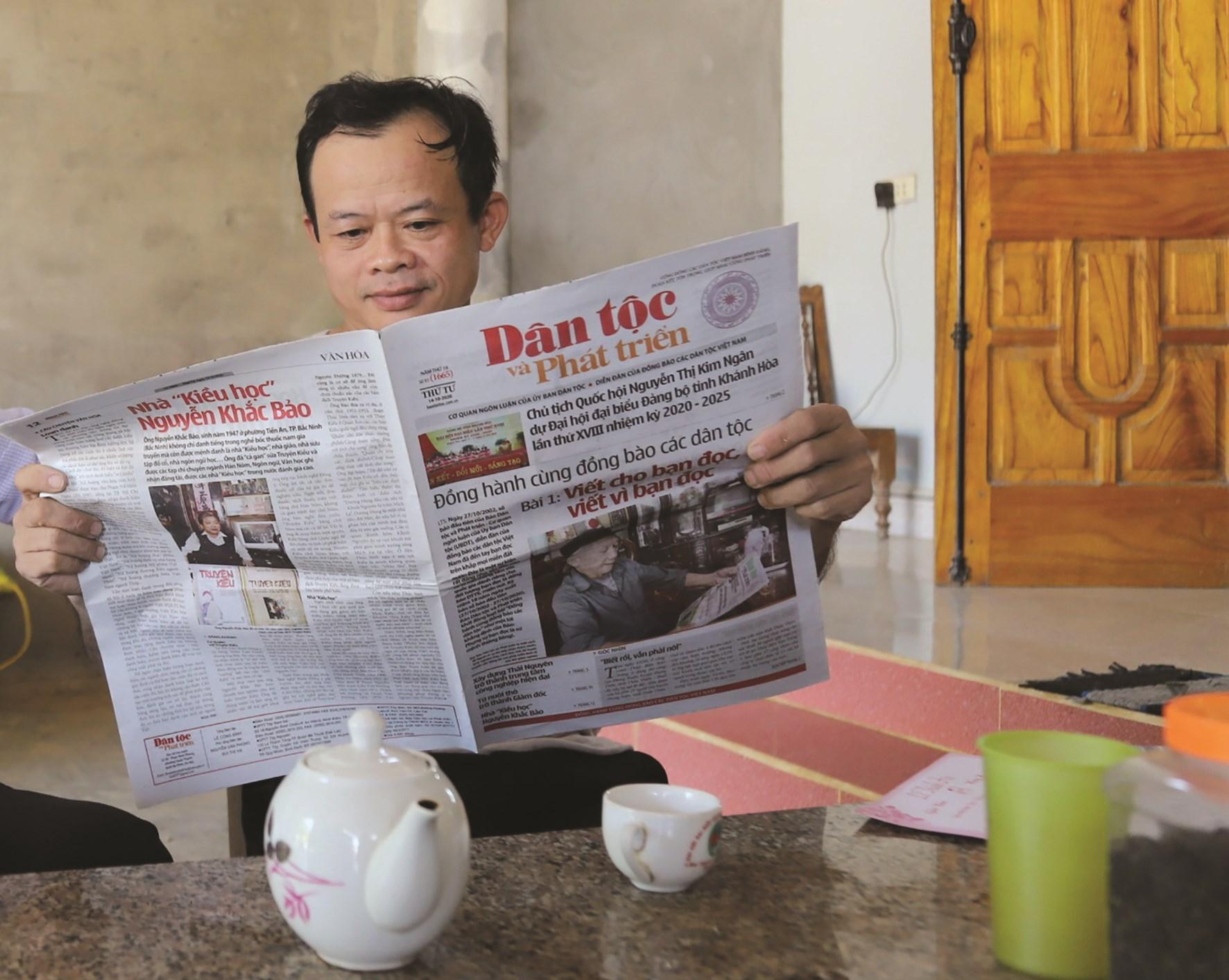 Báo Dân tộc và Phát triển là người bạn đồng hành với đồng bào các dân tộc. (Trong ảnh: Ông Bàn Văn Vân ở xã Thành Long, huyện Hàm Yên, Tuyên Quang đọc Báo Dân tộc và Phát triển. Ảnh: Mạnh Cường)