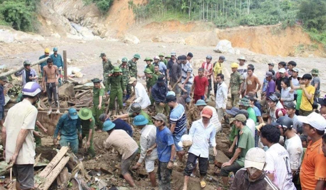 Lực lượng cứu hộ tại hiện trường sạt lở đất Trà Leng