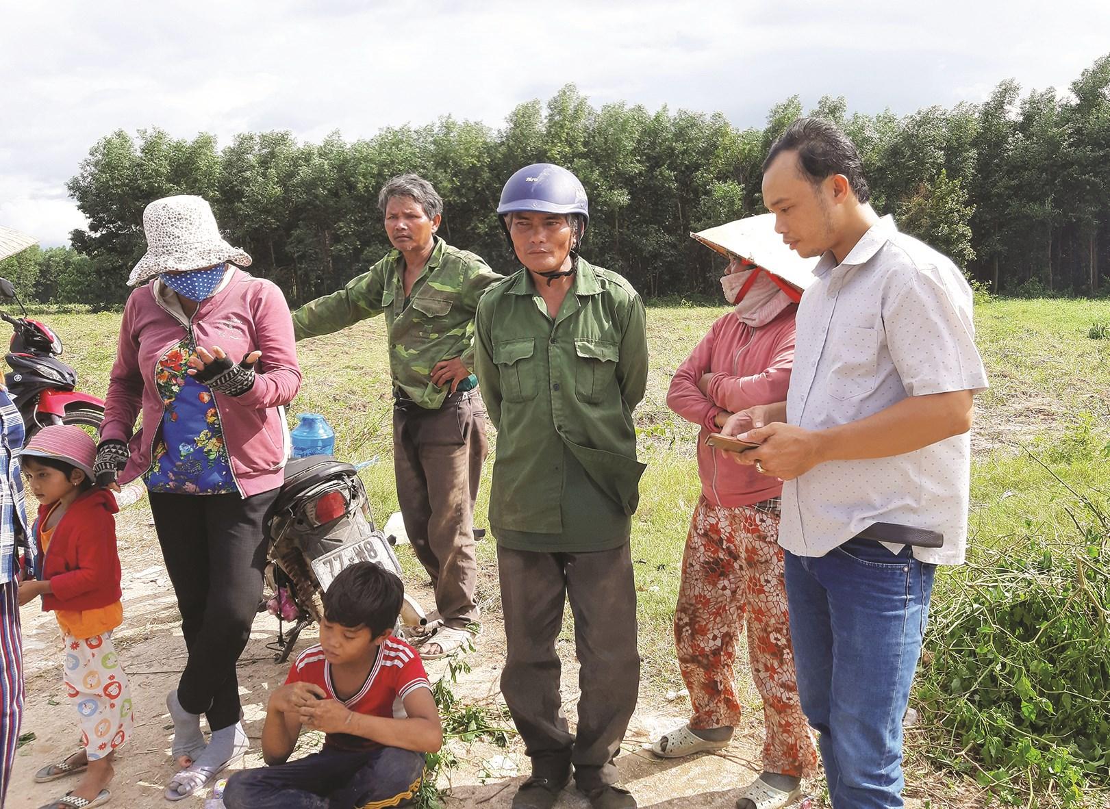 Ông Đoàn Văn Hoài phản ánh tình hình với phóng viên Báo Dân tộc và Phát triển