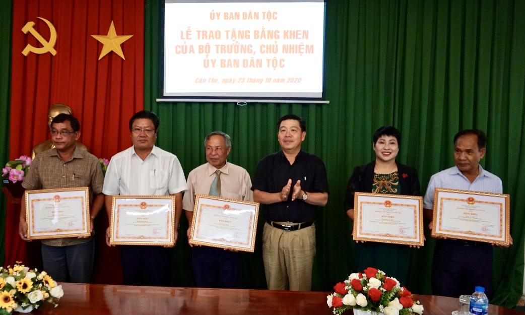 Thứ trưởng, Phó Chủ nhiệm UBDT Lê Sơn Hải trao Bằng khen cho các cán bộ