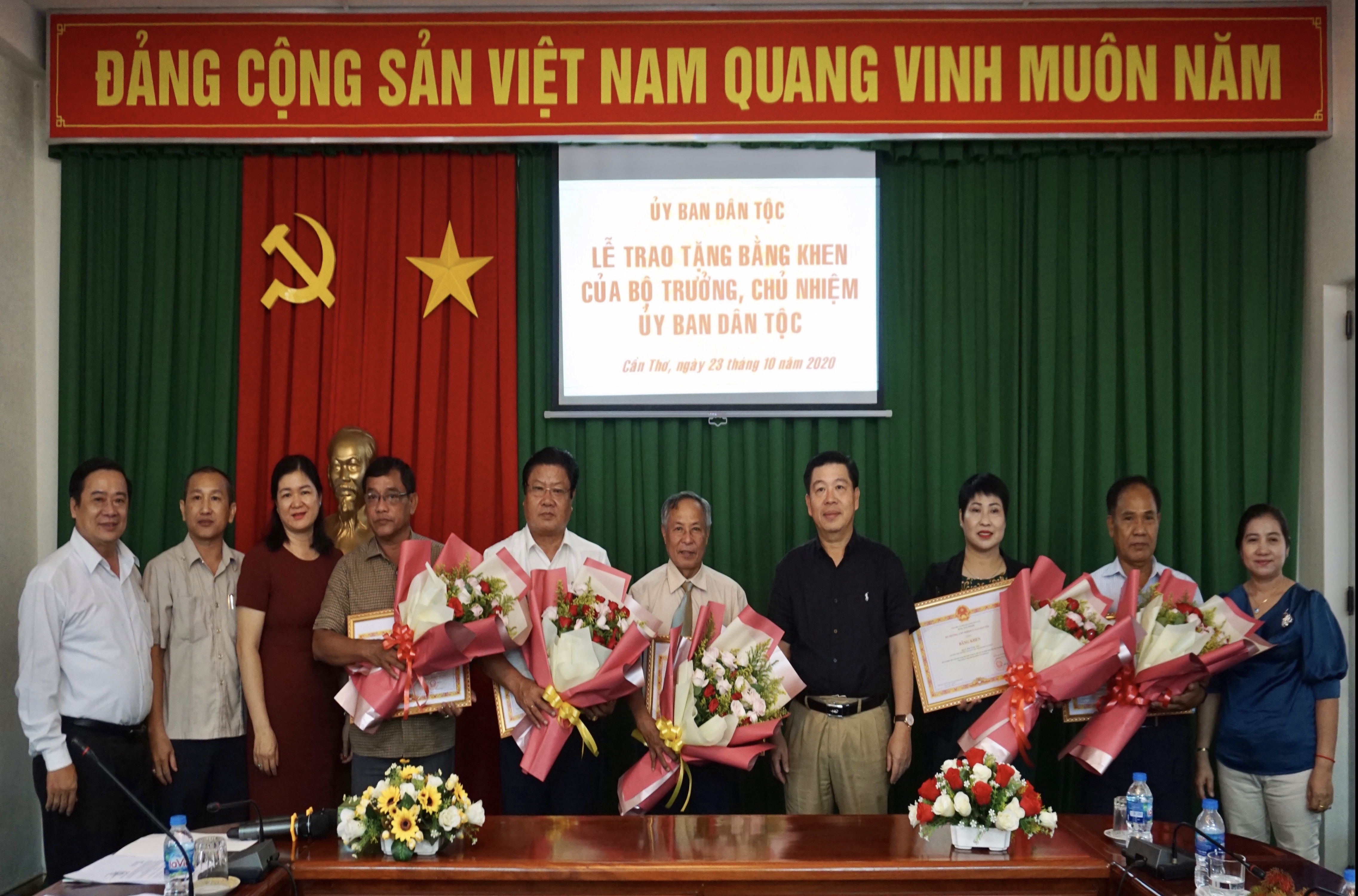 Thứ trưởng, Phó Chủ nhiệm UBDT Lê Sơn Hải chụp ảnh lưu niệm cùng các đại biểu tham dự buổi Lễ
