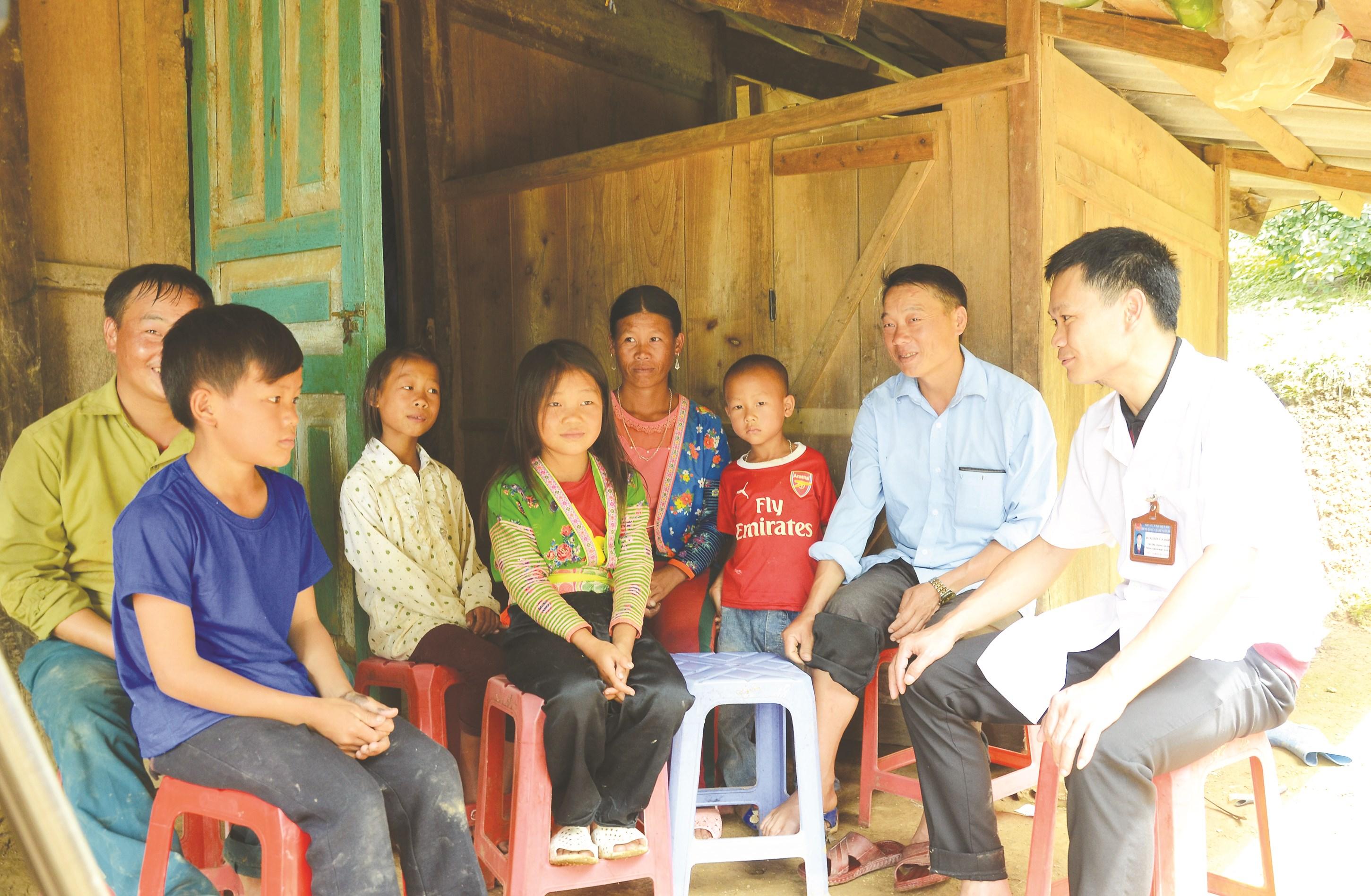 Cán bộ dân số tuyên truyền chính sách dân số - KHHGÐ tại xã Keo Lôm (huyện Điện Biên Đông).