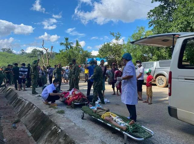 Các nạn nhân còn sống sót được đưa ra ngoài và lên xe cấp cứu về Bệnh viện ở huyện Bắc Trà My. (Ảnh: Người lao động)