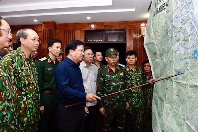 Phó Thủ tướng Trịnh Đình Dũng thảo luận phương án cứu hộ, cứu nạn các nạn nhân vụ sạt lở đất. Ảnh: VGP.