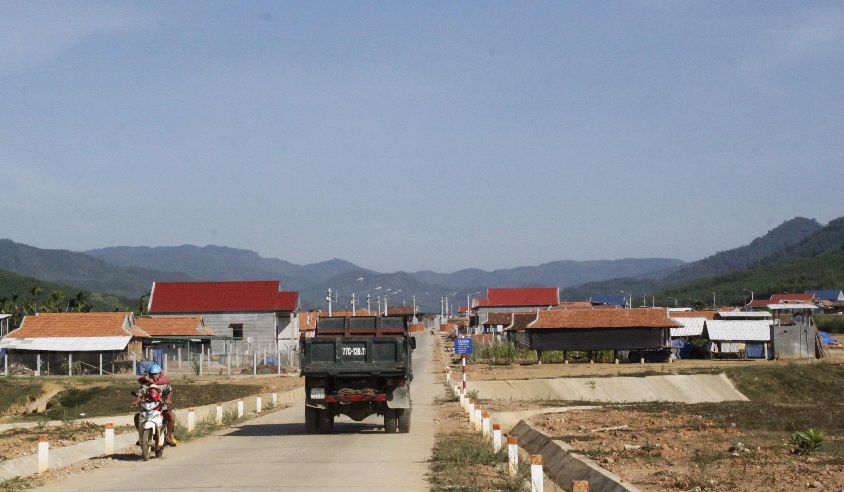 Việc vận động 480 hộ đồng bào H'rê xã An Dũng, huyện An Lão chấp nhận đến nơi ở mới là một thành công trong công tác dân vận của tỉnh Bình Định (trong ảnh, một góc khu tái định cư An Dũng)