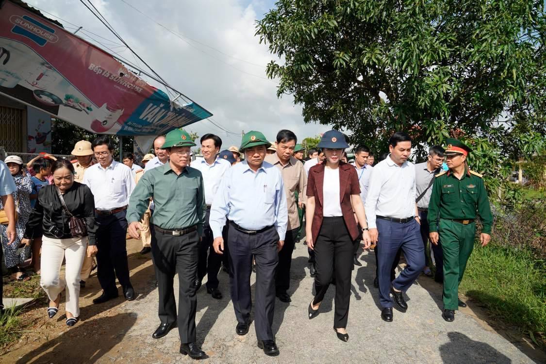 Thủ tướng thị sát, chỉ đạo khắc phục hậu quả bão số 9. Ảnh VGP/Quang Hiếu