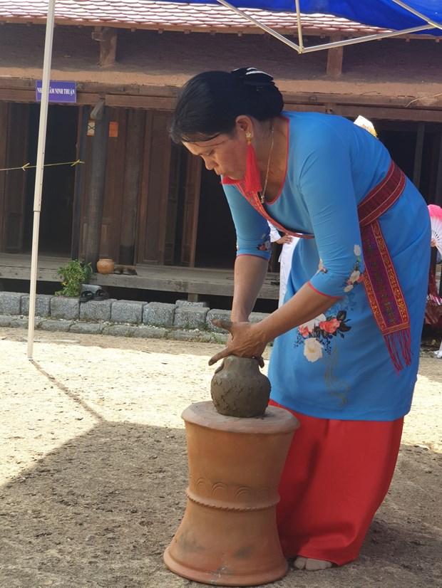 Đồng bào dân tộc Chăm giới thiệu nghệ thuật làm gốm bàu Trúc. Ảnh: Hoàng Hải