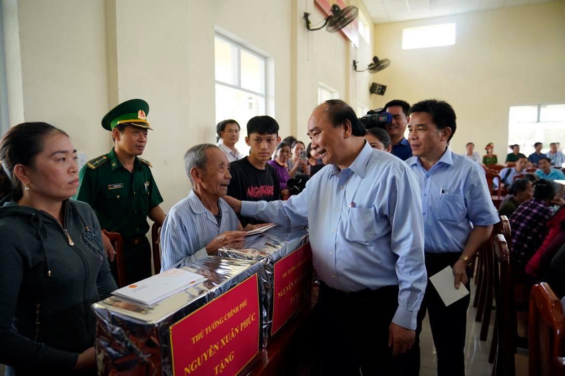 Thủ tướng động viên bà con xã Tam Quang, huyện Núi Thành, Quảng Nam đoàn kết, giúp đỡ, hỗ trợ nhau vượt qua khó khăn, sớm trở lại cuộc sống bình thường. Ảnh VGP/Quang Hiếu