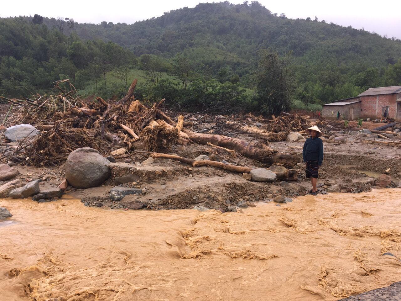 Nhiều nhà dân xã Hướng Sơn vẫn đang bị cô lập