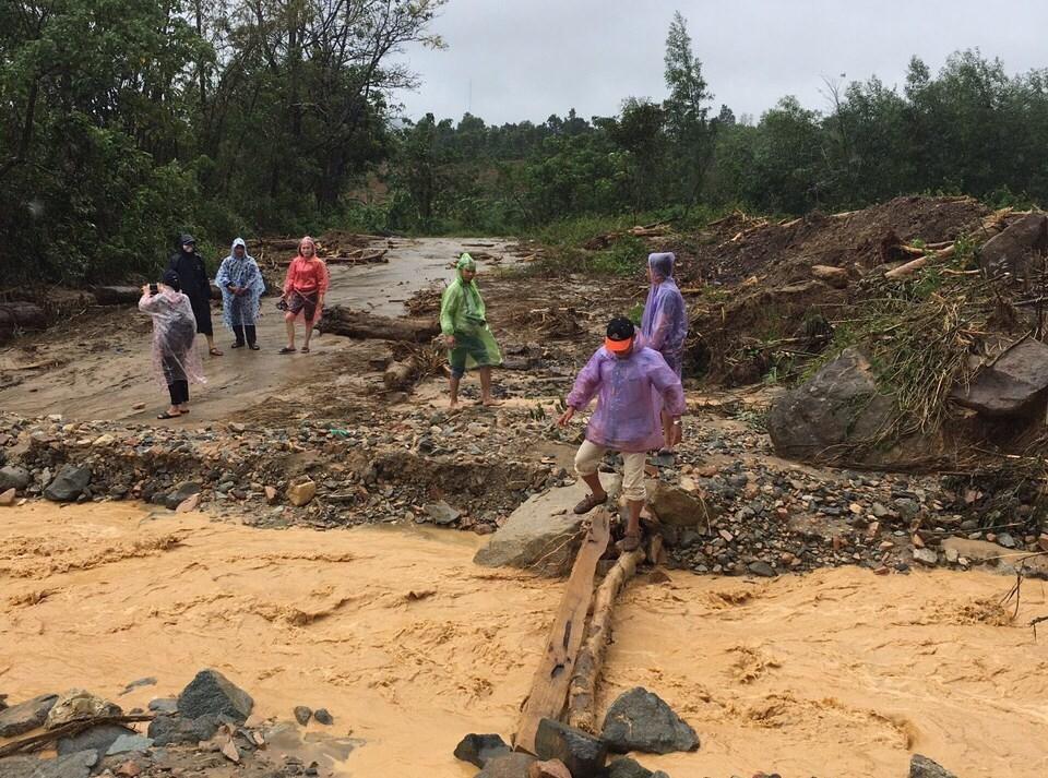 Đường vào xã Hướng Sơn bị nước lũ chia cắt